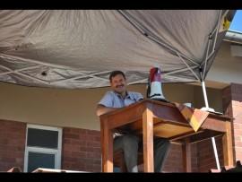 """Mnr. Haasbroek beharting """"hoof-sake""""van die skool dak af."""