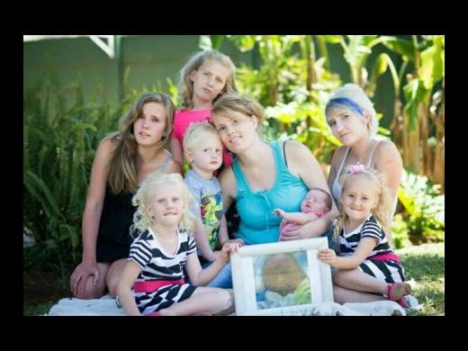 Marlien du Plessis (heelregs agter) saam met familie en vriende. Foto: Verskaf