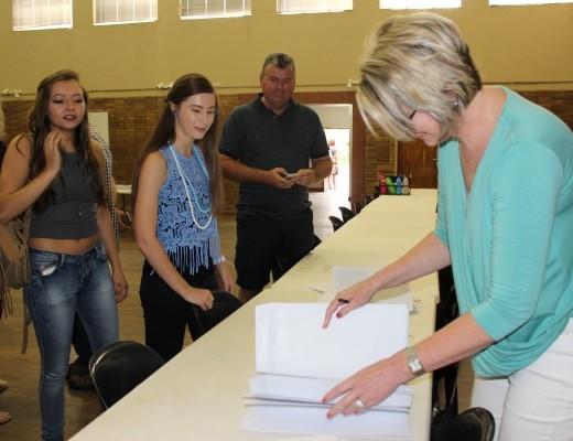Onderwysers sorteer die matriekuitslae by Hoërskool Linden.